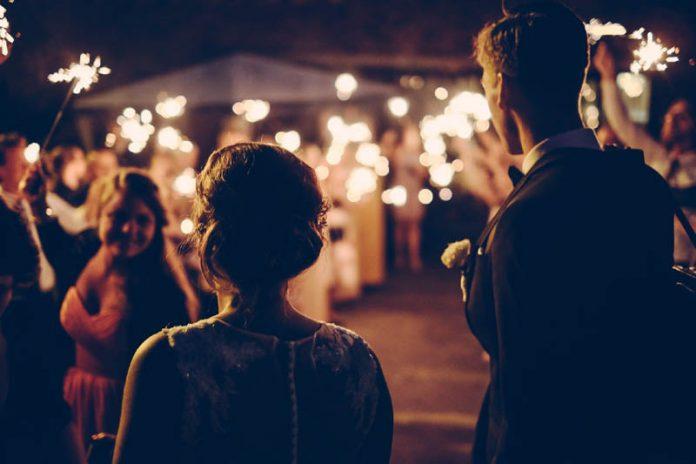 Perfektes Outfit: Was zieht man als Gast zu einer Hochzeitsfeier an?