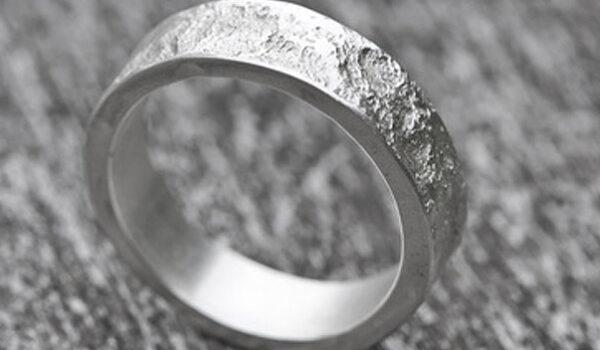 So pflegen und reinigen Sie Ihren Silberschmuck