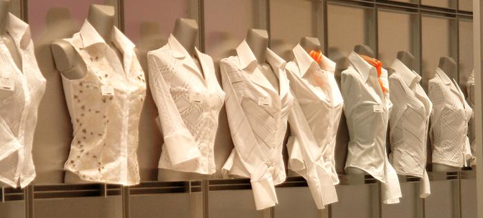 Die weiße Bluse: Ein Mode-Chamäleon, das zu jedem Outfit passt